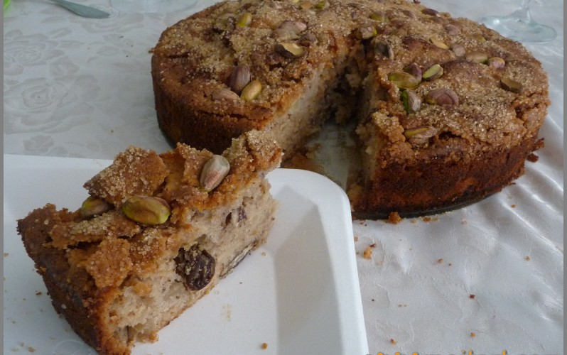 Tort with apple and nuts