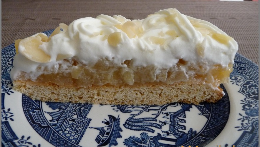 Tort with apples and merengue